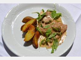 """Telecí """"Scaloppini"""" na Marsale s rukolou, opékaný brambor (obsahuje alkohol)"""