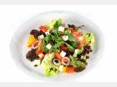 Řecký salát se sýrem feta, černými olivami,olivovým olejem a bazalkou