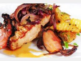Vysoký vepřový steak s opečenou červenou cibulí a slaninou, restovaný brambor s petrželkou