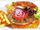 Domácí hamburger z telecího masa, salát Coleslaw, bramborové hranolky