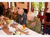 Oslava 97. narozenin generála Alexandra Beera, popřát přišel také generál Jaroslav Klemeš - legendární výsadkář (vlevo), plukovník Pavel Vranský a generál Miloslav Masopust (vpravo)