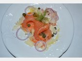 Uzený losos s parmazánovými hoblinkami, olivovým olejem, kapary a fenyklovým salátem s červenou cibulí
